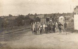 CPA PHOTO Guerre 14-18  SUPERBE MIitaires Devant Une Petite Gare Non Situé TTB - Fotos