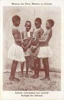 ILES SALOMON MISSIONS DES PERES MARISTES ENFANTS CONTEMPLANT LEUR PORTRAIT - Solomon Islands