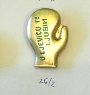 """I Lay A Kiss On Your Left Hand""  MATE PARLOV - World Champion MILANO Italy 1978 (Yugoslavia Pin) - Boxing"