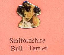 Hunde – Pins STAFFORDSHIRE BULL - TERRIER Maße: Höhe Ca. 2,5 Cm Zustand: Neu - Tiere