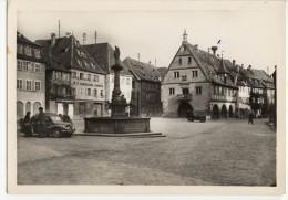 OBERNAI. - La  Place Du Marché Et La Halle Aux Blés. Voitures Anciennes. CPM Dentelée - Other Municipalities