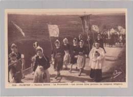 Finistere - Ploeven - Pardon Breton - La Procession - Les Jeunes Filles Portent Les Insignes Religieux - France