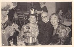 Karneval, Fasching, Fröhliche Gruppe Mit Königin Hinterm Sektkübel, Sektkühler, Foto-AK Um 1955 - Anonyme Personen