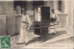 LA BOURBOULE UNE CHAISE A PORTEUR CPA NO 33 - La Bourboule