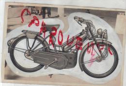 Photo Ancienne  Cyclomoteur Baby Moto  Origine Du Cliché Archives Anciennes  D Une Revue à Identifier - Sport