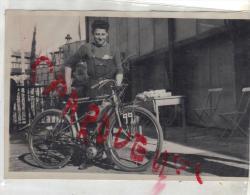 Photo Ancienn    Cyclomoteur Judenne N°99 Avec Son Mécanicien Origine Du Cliché Archives Anciennes  De  Moto Revue - Sport