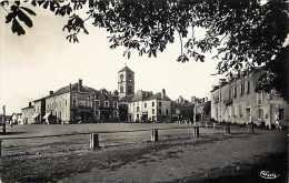 deux-s�vres - ref A 419 - argenton-ch�teau -la place bergeon-brossard domin�e par le vieux clocher du XIIIe s.