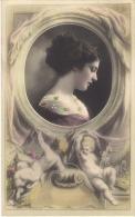 Portrait De Femme Avec Angelots, Colorisée, Points En Relief Dans La Robe - Femmes