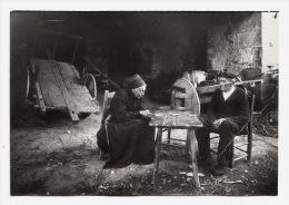 Foto SPANIEN BILBAO BASKENLAND Altes Bauernpaar Bauern Sitzen In Der Scheune - Frau In Tracht  1929   14,5 X 10 Cm - Beroepen