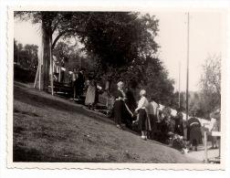 Original-Foto !  KÜSSNACHT RIGI - Unfallstelle Der Königin Astrid Von Belgien - Personen Legen Trauerkränze Nieder  1935 - Beroemde Personen