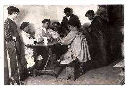 Original Foto - Spanien - Baskenland - Männer Spielen Domino Dominospieler In Der Taverne Kneipe - 1929 - 13 X 8,5 Cm - Anonieme Personen