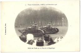 MOSELLE 57 .METZ MILITARIA VISITE PRESIDENTIELLE  LE 8 DECEMBRE 1918. DEFILE DES TANKS SUR LA PLACE DE LA REPUBLIQUE - Metz