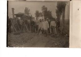 CARTE PHOTO-----CONSTRUTION D UNE ROUTE--(machine + Outils)---voir  2 Scans - Matériel