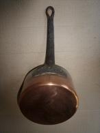 Casserole Ancienne  Cuve Cuivre Massif étamé , Poignée Fer Forgé Fixation Par Rivetage - Coppers