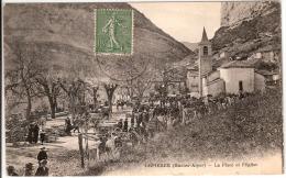 ORPIERRE  LA PLACE ET L´EGLISE UN JOUR DE MARCHE - France