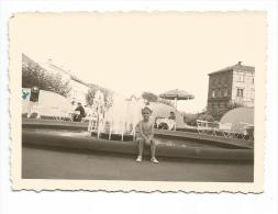 PHOTO - FORMAT 8.5 X 6 CM - BASSIN DEVANT LA GARE DE NEUSTADT -AOUT 1949 - Orte