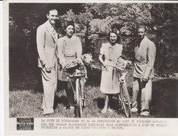 La Fête De L´ Elegance Et De La Bicyclette Au Bois De Boulogne Avec CHARLES PELISSIER à Gauche Et LOUIS GERARDIN à Droit - Célébrités