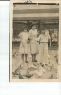 MADRE JUNTO A SUS DOS HIJOS ALIMENTANDO A LAS PALOMAS  AÑO 1947  OHL - Personnes Anonymes