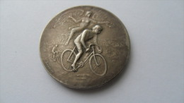 (Sport , Allégorie, Cyclisme ??)  -  Médaille En Bronze, Par F. RASUMNY - Cycliste + Victoire Ailée..!!! (vélo Ancien) - Cyclisme