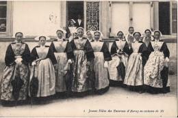 JEUNES FILLES DES ENVIRONS D'AURAY EN COSTUME DE FETE CPA NO 1 BEAU PLAN - Auray