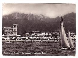 Y796 Marina Di Massa - La Spiaggia E Albergo Italia - Barca A Vela Sailing Boat Bateau à Voile / Viaggiata 1957 - Massa