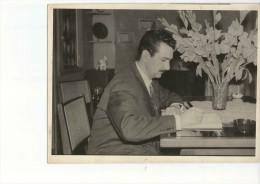 FOTOGRAFIA DE 20X15 DE UN HOMBRE ESCRIBIENDO   CIRCA 1950   OHL - Anonymous Persons