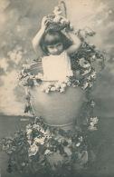 ENFANTS - LITTLE GIRL - MAEDCHEN - Jolie Carte Fantaisie Fillette Avec Nid Oeufs Et Fleurs Dans Coquetier - Portraits