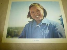 Photo  Rapho  En 1957  (27cm X 21cm)     Une Jeune CHINOISE Souriante  ...vêtue De La Vareuse  De Coton Bleu  CHINE - Ethniques, Cultures