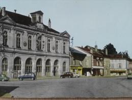 52 - MONTIER En DER - Place De L'Hôtel De Ville. (Voitures: Renault 4L , Dauphine, Peugeot 404...) CPSM - Montier-en-Der