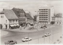 Mühlhausen: 2x WARTBURG 353, MOSKVITCH 408, MOTORCYCLE - Reisebüro - Wilhelm Pieck Platz - Auto/Voiture/Car -  DDR/GDR - Voitures De Tourisme