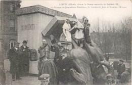 METZ DELIVREE DEVANT LA STATUE DE FREDERIC III GROUPE DE JOURNALISTES NANCEIENS LIEUTENANT JEAN ET MONSIEUR MIRMAN - Metz