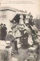METZ DEVANT LA STATUE RENVERSEE DE FREDERIC III UN GROPUE DE JOURNALISTE NANCEIENS LIEUTENANT JEAN ET M. MIRMAN MOSELLE - Metz