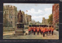 41039    Regno  Unito,    Victoria  Statue  -  Castel  Approach  Windsor,  NV - Windsor Castle