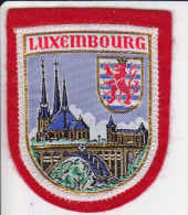ECUSSON TISSU LUXEMBOURG  BLASON HERALDIQUE - Blazoenen (textiel)
