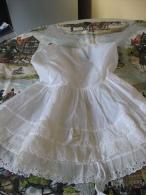 Ancienne Robe De Fillette En Tergal Et Dentelles Blanc Casse Vintage? - Habits & Linge D'époque