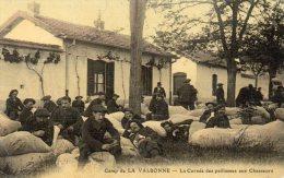 01 CPA LA VALBONNE CAMP MILITAIRES LA CORVEE DES PAILLASSE AUX CHASSEURS ALPINS - Francia