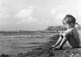 CPSM  De La Collection Georges Et Margaret,  Wimereux   ( Enfant Songeur, Assis Sur Une Plage ? ) - Scenes & Landscapes