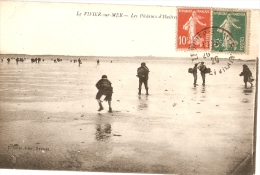 LE VIVIER Sur Mer - PÊCHEURS D'HUITRES - Autres Communes