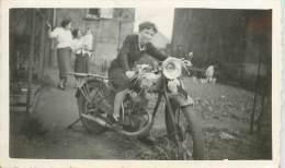 TO-13-1484 : Photo Format 6 X 9 Cm Environ   :  Femme Motocycliste  (moto) - Non Classés