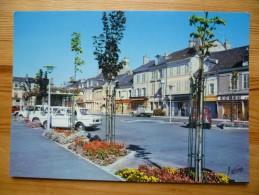 45 : Neuville-aux-Bois - La Place Du Général Leclerc - Voitures - Commerces - Plan Inhabituel - (n°671) - Otros Municipios