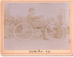 Photo 1897 , Un Homme Se Repose Près De Sa Bicyclette  (20.46) - Photos