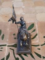 Petite Statuette En Régule De Jeanne D'Arc Sur Son Cheval - Popular Art