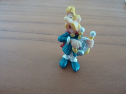"Figurine ""Assurancetourix"" (bridelix Plastoy 1999) GOSCINNY - UDERZO (Asterix) Hauteur : 4 Cm"