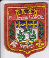 ECUSSON TISSU BRODE REIMS MARNE DIEU EN SOIT GARDE  BLASON ARMES HERALDIQUE - Blazoenen (textiel)