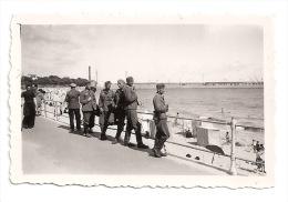 Foto WW II - ST. NAZAIRE FRANCE FRANKREICH - Wehrmacht Soldaten Auf Der Promenade Am Strand - 1940  WK2 - Oorlog, Militair