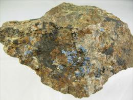ROCHE VERTE ET BRUNE PORTANT DE LA CERUSITE  ET  LINARITE 10,5 X 4,5 X 5, CM LE CROZET 42 - Minerals
