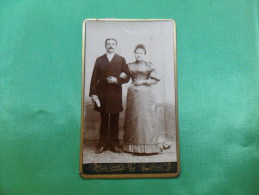 ANCIENNE  PHOTO  SUR CARTON  / PORTRAIT DE COUPLE /  LEON CARON   - AMIENS - Ancianas (antes De 1900)