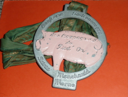 Rare Grosse Médaille En Métal Laqué, Confrérie Gastronomique Des Compagnons Du Pied'Or , Sainte Menehauld, Marne, Cochon - Professionals/Firms