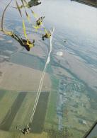 CPSM PARACHUTISME PARACHUTISTE PARACHUTE SE DEPLIANT LARGAGE DU PERSONNEL - Paracadutismo