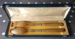 Boîte Avec Couvert à Salade En Corne - Un Bout Des Piques De La Fourchette Est Cassé - Cuillers